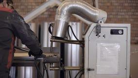 Автомобильная деталь сварочного аппарата пятна промышленная в фабрике сток-видео
