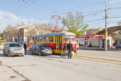 Автомобильная катастрофа на следах трамвая предотвращает нормальное движение urba Стоковая Фотография