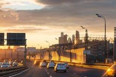 Автомобильное движение на третей кольцевой дороге на заходе солнца лета Стоковое Изображение