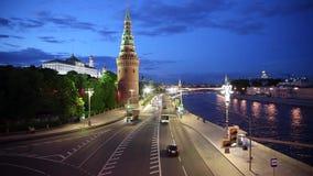 Автомобильное движение около стены Кремля на сумраке видеоматериал