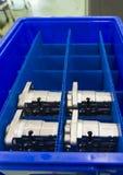 Автомобильные алюминиевые части держали в голубой plateic коробке стоковое изображение rf