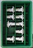Автомобильные алюминиевые части держали в зеленой plateic коробке стоковое фото
