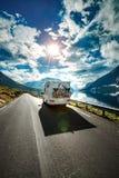 Автомобильные путешествия каравана на шоссе Стоковое фото RF