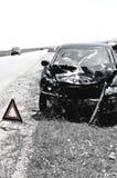 Автомобиль аварии и предупреждающий треугольник Стоковая Фотография