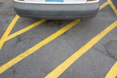 Автомобиль автостоянки на желтой линии зоне креста стоковое изображение