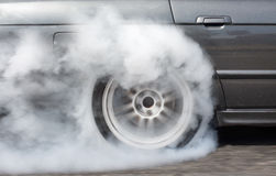 Автомобиль бежать на дороге Стоковые Изображения