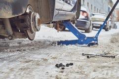 Автомобиль без колес стоит на jack Стоковая Фотография RF