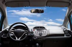 Автомобиль внутрь, интерьер современного автомобиля на предпосылке голубого неба Стоковые Изображения RF