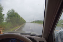 автомобиль внутрь Управлять на дороге во время дождя Стоковые Изображения
