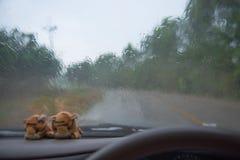 автомобиль внутрь Управлять на дороге во время дождя Стоковые Изображения RF
