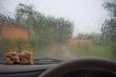 автомобиль внутрь Управлять на дороге во время дождя Стоковое Изображение RF