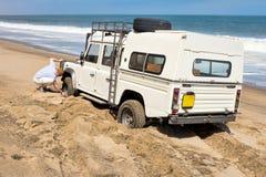 автомобиль 4x4 вставленный в песке Стоковое Фото