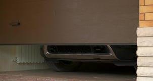 Автомобиль выходит гараж видеоматериал