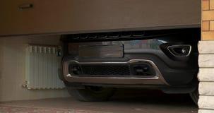 Автомобиль выходит гараж сток-видео