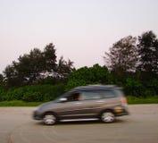 Автомобиль в движении против растительности - фотографии нерезкости Стоковые Фотографии RF