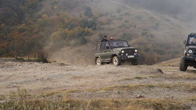 Автомобиль в горах акции видеоматериалы