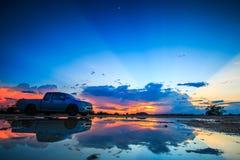 Автомобиль в заходе солнца Стоковое фото RF