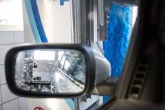 Автомобиль в мойке машин Стоковое фото RF