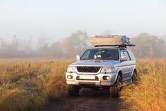 Автомобиль в поле Стоковая Фотография