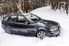 Автомобиль в сугробах зимы Стоковое фото RF