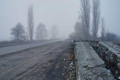 Автомобиль в тумане с фарами Стоковые Изображения
