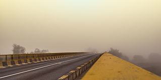 Автомобиль в тумане Стоковое фото RF