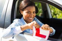 Автомобиль девушки сидя Стоковое Фото