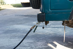 Автомобиль заполняет вверх сжиженный нефтяной газ (LPG) на бензоколонке Стоковая Фотография RF