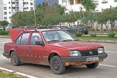 Автомобиль задавленный на дороге после аварии Стоковая Фотография