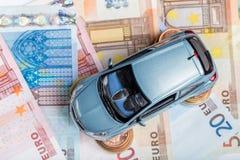 Автомобиль игрушки на взгляд сверху денег Стоковая Фотография