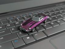 Автомобиль игрушки над клавиатурой компьтер-книжки Стоковая Фотография RF