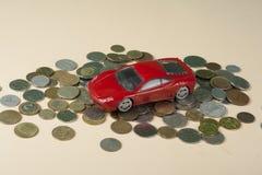 Автомобиль игрушки на монетках Заем, страхование и концепция сбережений Стоковые Изображения