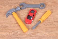 Автомобиль игрушки пластичных инструментов окружающий Стоковые Изображения RF