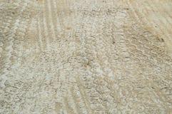 Автомобиль и тележка утомляют на улице покрытой песком Стоковое Изображение