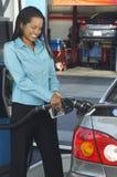 Автомобиль коммерсантки дозаправляя Стоковая Фотография