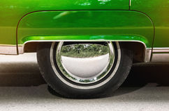 Автомобиль колеса автомобиля старый винтажный зеленый Стоковые Изображения RF