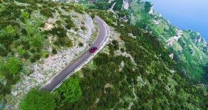 Автомобиль красного спорта обратимый двигая в побережье Амальфи акции видеоматериалы