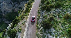 Автомобиль красного спорта обратимый двигая в побережье Амальфи сток-видео