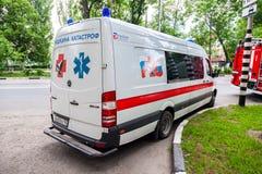 Автомобиль машины скорой помощи припаркованный вверх в улице Текст в русском: Стоковая Фотография