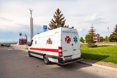 Автомобиль машины скорой помощи припаркованный вверх в улице Текст в русском: Стоковое фото RF