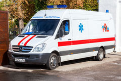 Автомобиль машины скорой помощи припаркованный вверх в улице Текст в русском: Стоковое Фото
