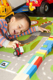 автомобиль мальчика играет игрушку Стоковое Фото