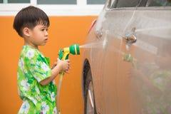 Автомобиль мальчика моя брызгом воды Стоковые Изображения RF