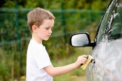 Автомобиль мальчика моя серебряный в саде Стоковая Фотография