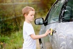 Автомобиль мальчика моя серебряный в саде Стоковая Фотография RF