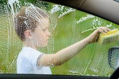 Автомобиль мальчика моя серебряный в саде Стоковое Изображение