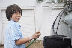 Автомобиль мальчика моя с шлангом Стоковые Фотографии RF