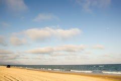 Автомобиль минибуса идя далеко на желтую белизну голубого неба взморья песка Стоковые Изображения