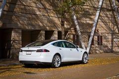 Автомобиль модели s Tesla электронный стоковая фотография