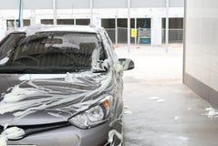 Автомобиль намыленный на мойке Стоковое Фото